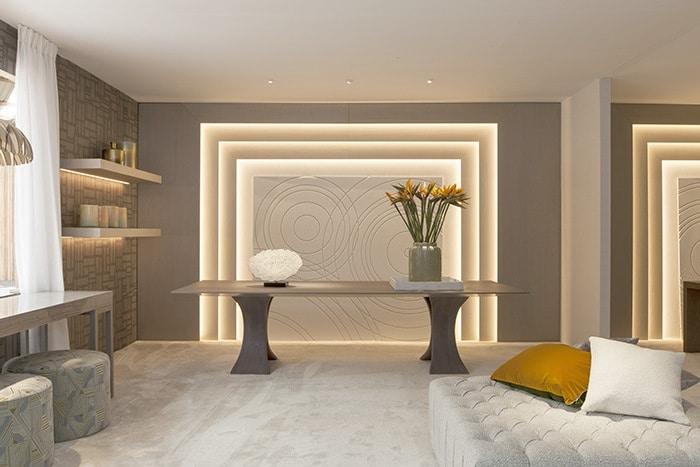 mesa comedor con pared arquitectonica iluminada