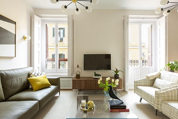 sofa oscuro y butacas cuadros claras salon mid century modern