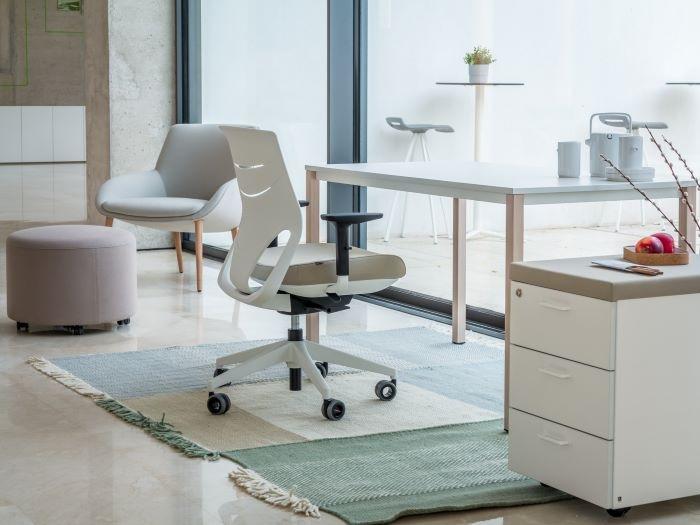 Home Office con escritorio y silla de ruedas estilos nórdicos