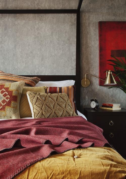 Dormitorio con textil en tono amarillo