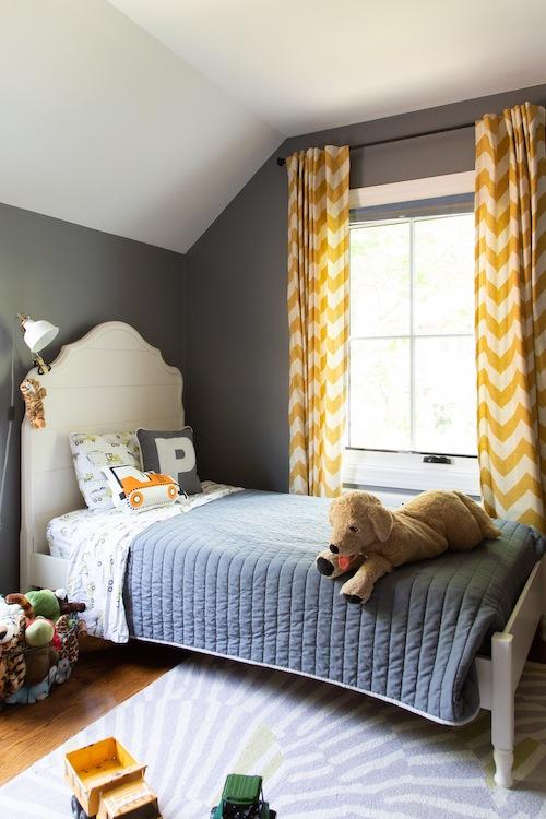 Dormitorio-infantil-con-decoracion-en-tonos-gris-y-amarillo