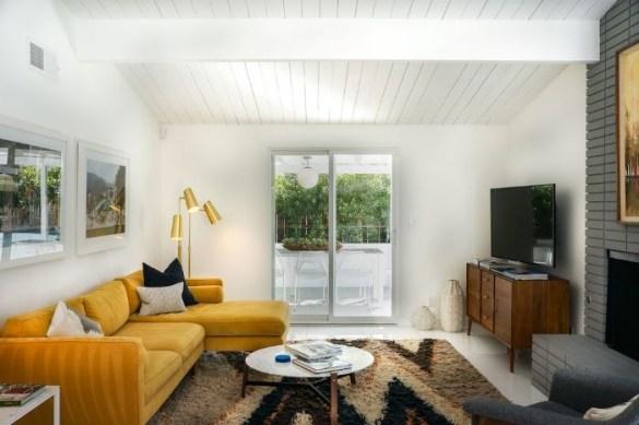 Salón decorado con los colores Pantone 2021, gris y amarillo