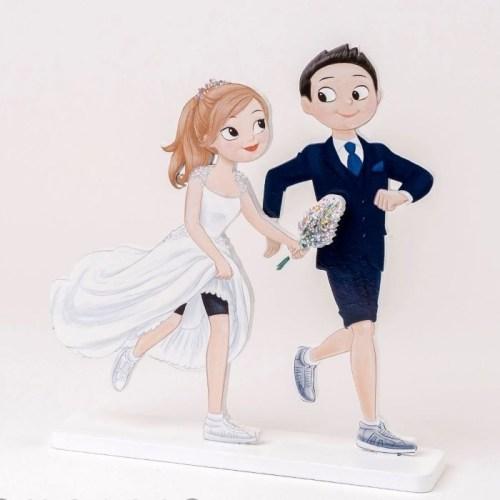 Figura de madera para la tarta de los novios de una boda