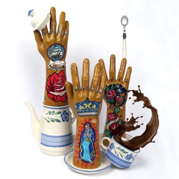 Decoración original y creativa de unas manos de fibra de vidrio