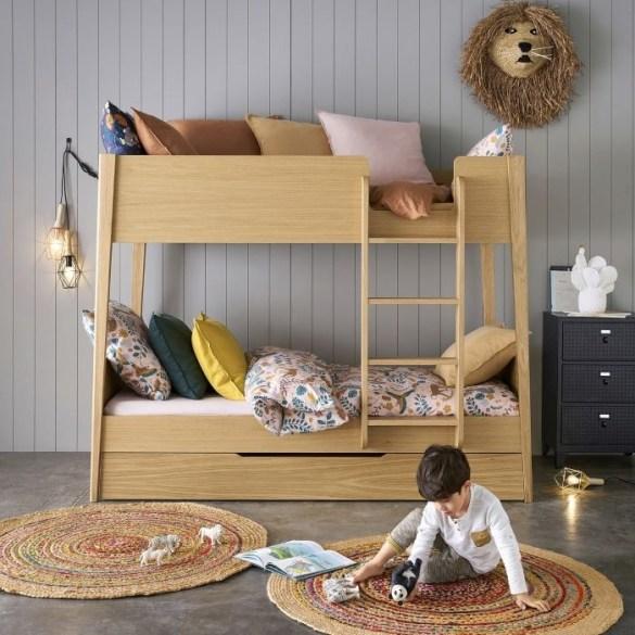 Espacio infantil con niño con juguetes educativos