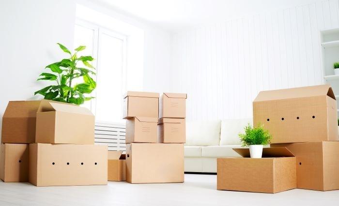 Cajas de cartón en un nuevo hogar para organizar y colocar