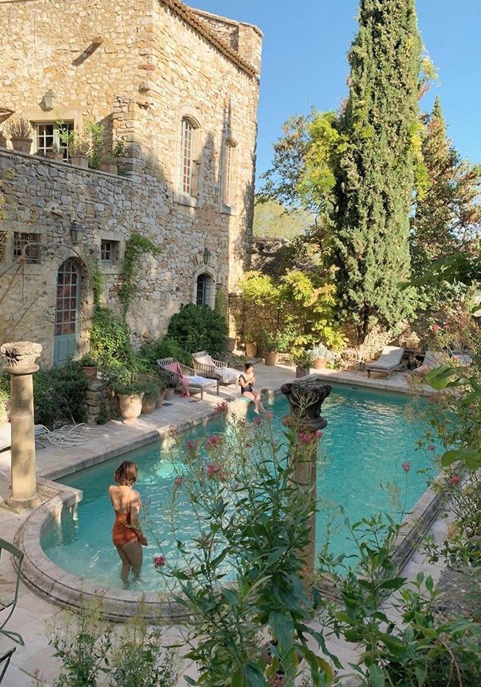 Patio con piscina estilo rural