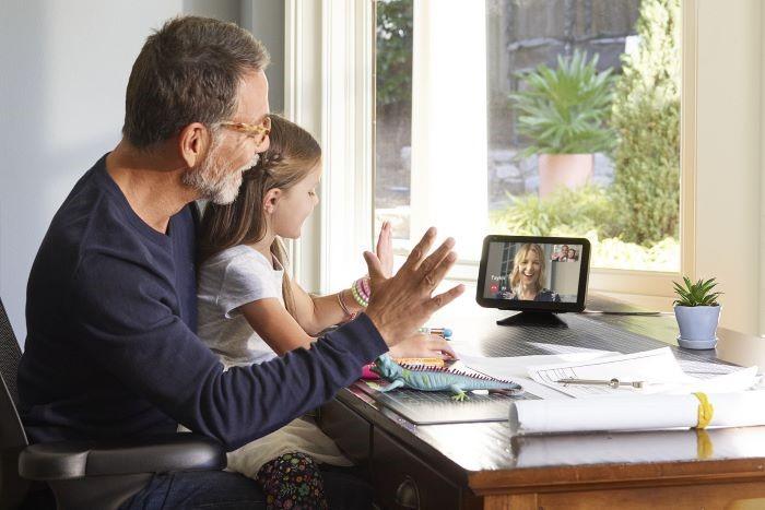 echo show 8, un dispositivo de amazon devices para hacer videollamadas familiares o grupales