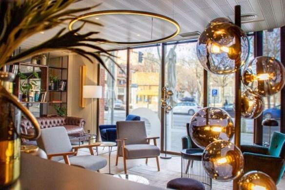 Iluminación en zona de estar con butacas en el Hotel HC de Mollet del Vallés