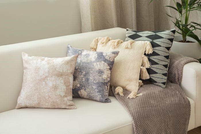 Detalle de cojines en sofá en decoración ORIGIN primavera verano de Leroy Merlín