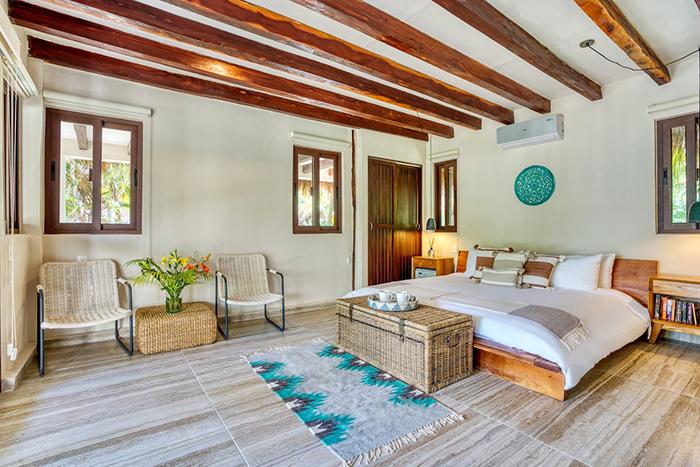 Dormitorio con diseño bohemio y mediterráneo en Casa Corazón Airbnb en México