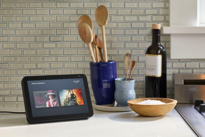 Un dispositivo de Amazon Echo Show 8 para regalar por el día de la madre