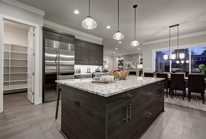 cocina con materiales y electrodomésticos de color neutros