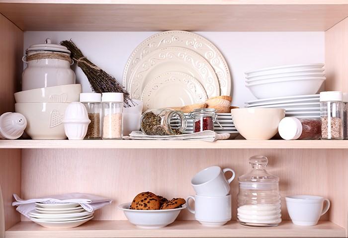 utensilios y alimentos desayuno ordenados en un armario de la cocina
