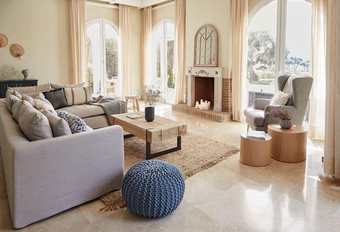 Salón estilo rústico moderno con chimenea