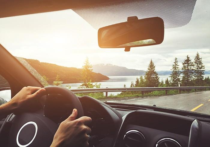 Este verano, protégete de los rayos del sol en tus viajes en coche