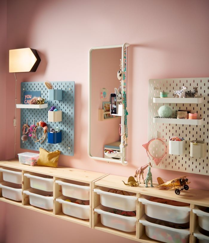 Dormitorio de un niño con espejo de IKEA