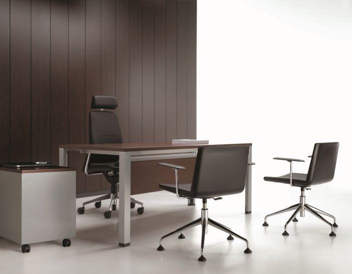 oficina-con-sillas-de-diseno