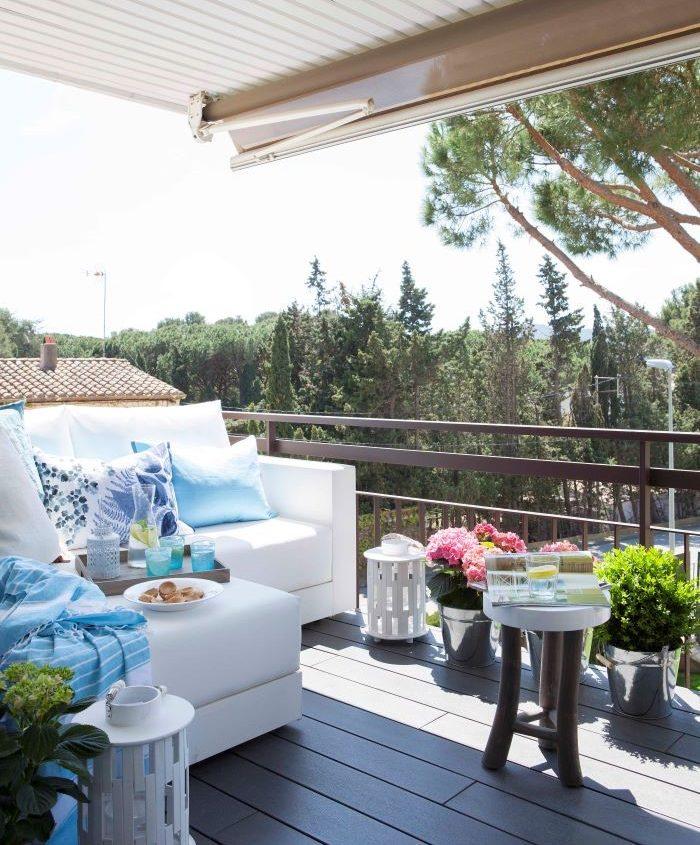 terraza-con-cojines-de-color-azul