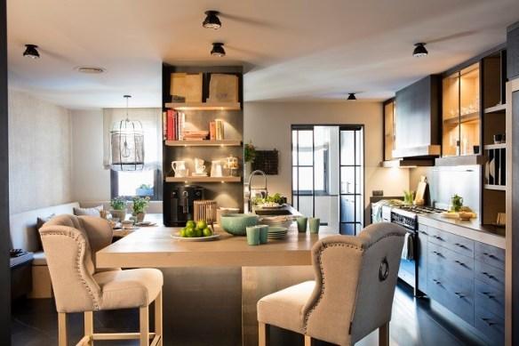 Espacio-de-cocina-y-salon-con-iluminacion