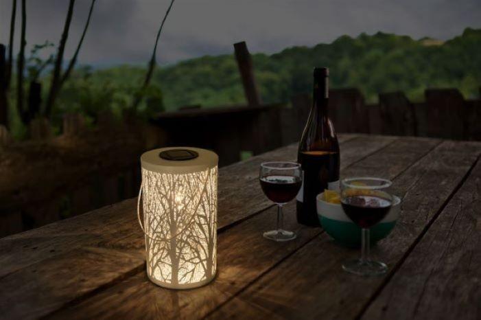 Lámpara minimalista FOREST de Leroy Merlin en el exterior