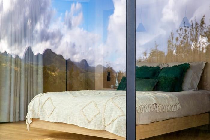 habitacion cama grande reflejo cristal