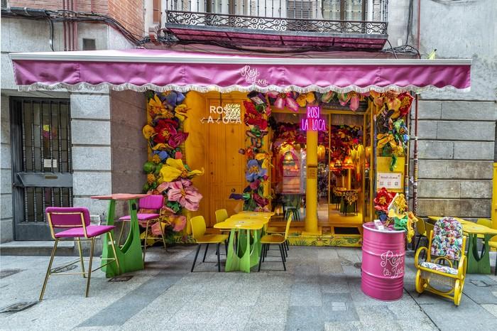 decoración colorida exterior del restaurante Rosi La Loca Madrid
