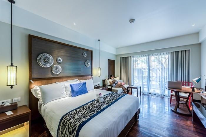cama doble lamparas sofa lectura mesita