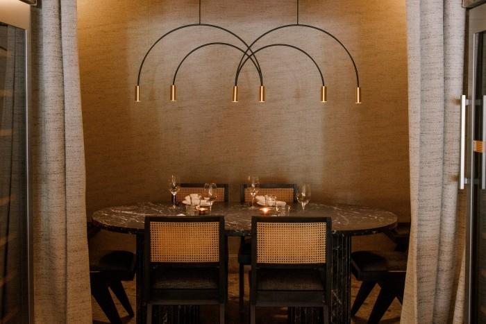 mesa intima luz tenue