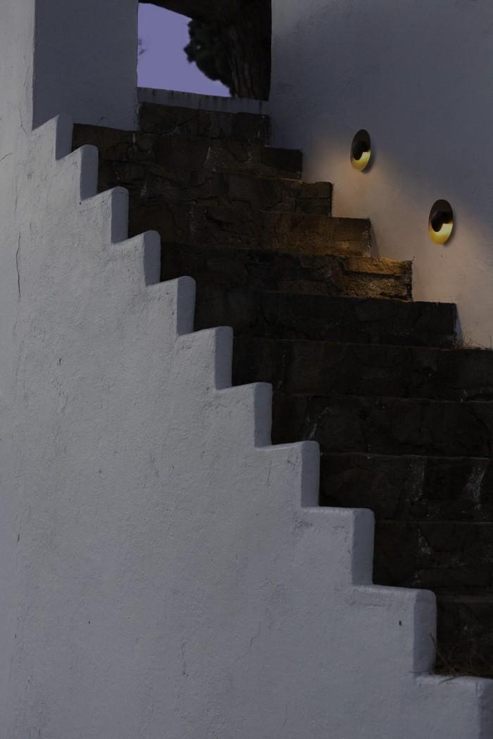 escalera con iluminación integrada en la pared
