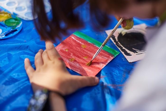 niña pincel color papel pintado