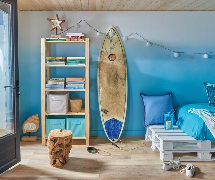 estancia estilo surfero con sofa cama y estanteria