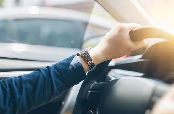 persona conduciendo coche
