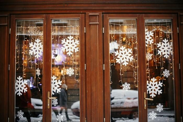 Decoracion-navidena-con-copos-de-ieve-en-las-cristaleras-de-una-tienda