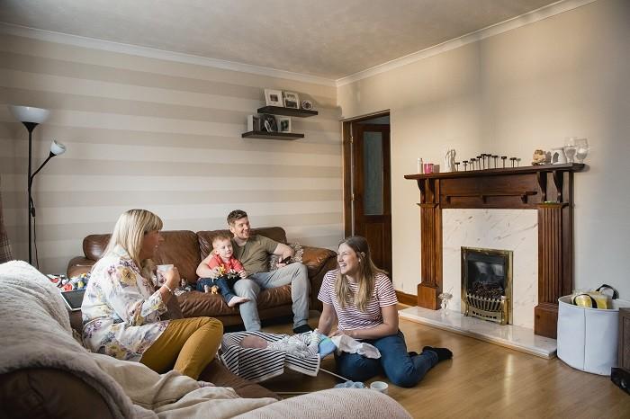 Familia-en-reunion-en-casa