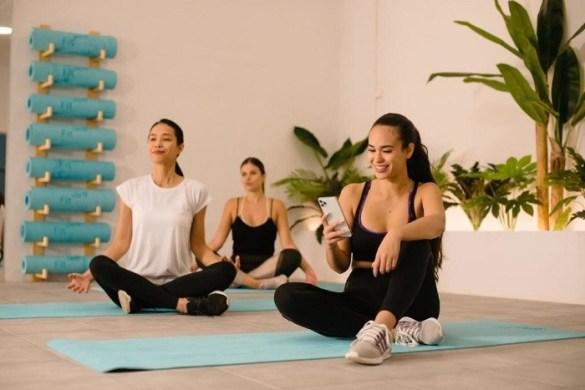 gimnasio con mujeres preparadas para hacer deporte