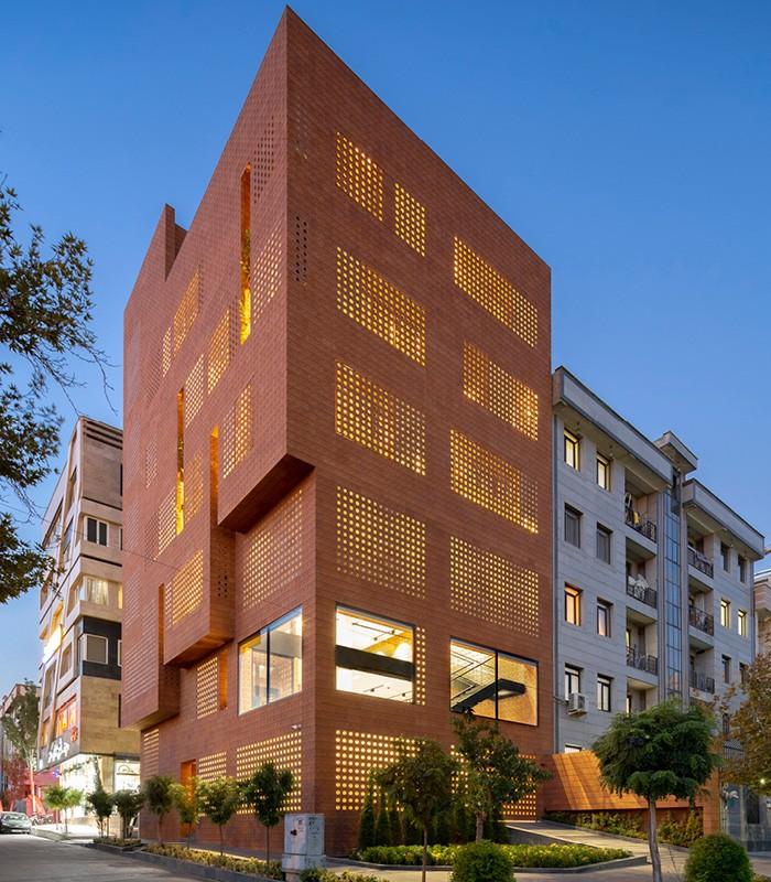 edificio naranja marron irregular