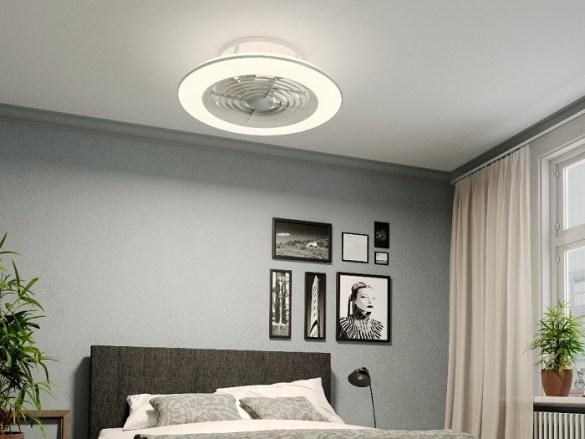 dormitorio con un ventilador moderno de techo