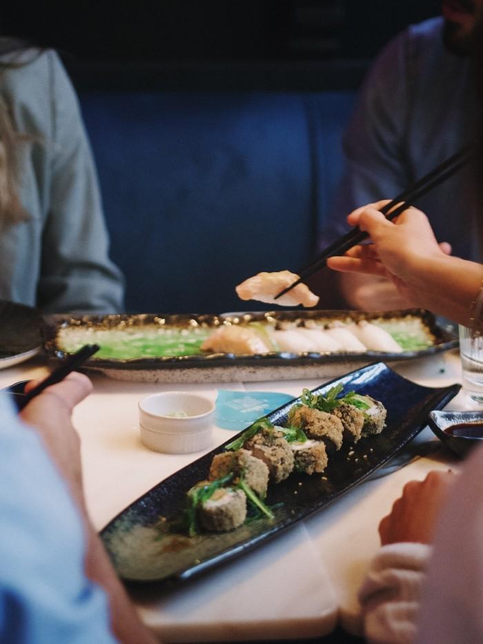 sushi palillos plato