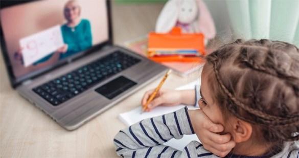 niña estudiando ordenador