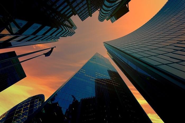 puesta sol edificios abajo