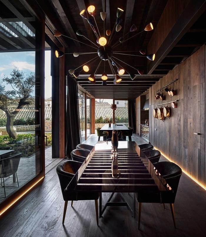 cocina con isla y comedor juntos con un diseño rural y clásico con vistas al patio