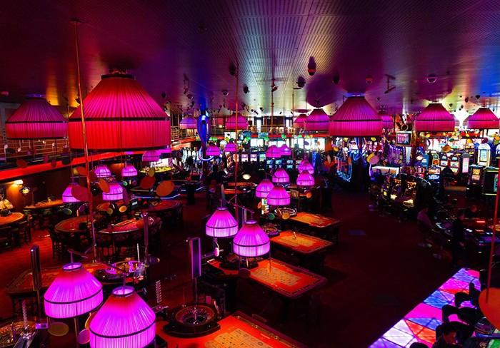 casino luces fuxias y rojas en oscuridad