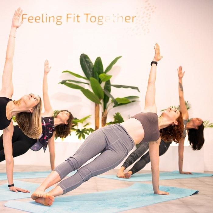 grupo de mujeres haciendo ejercicio sobre una esterilla en un gimnasio