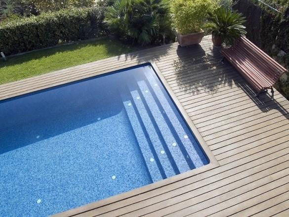 piscina en un jardín