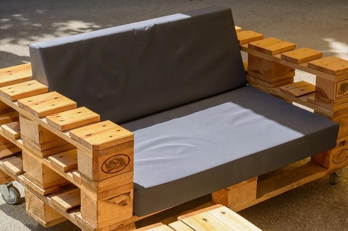 Sillón hecho de madera con palets reciclado