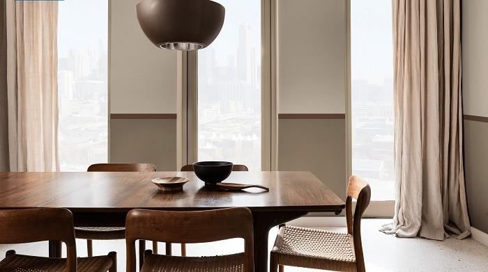 Decoración de un salón con mesa y sillas
