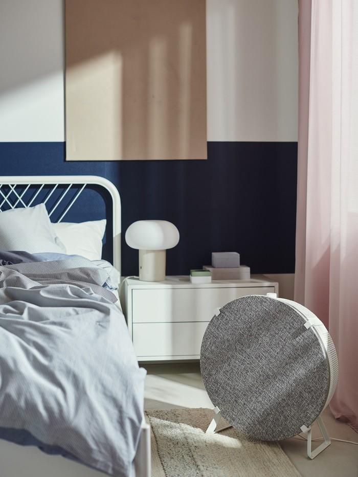 dormitorio con un purificador de aire de Ikea