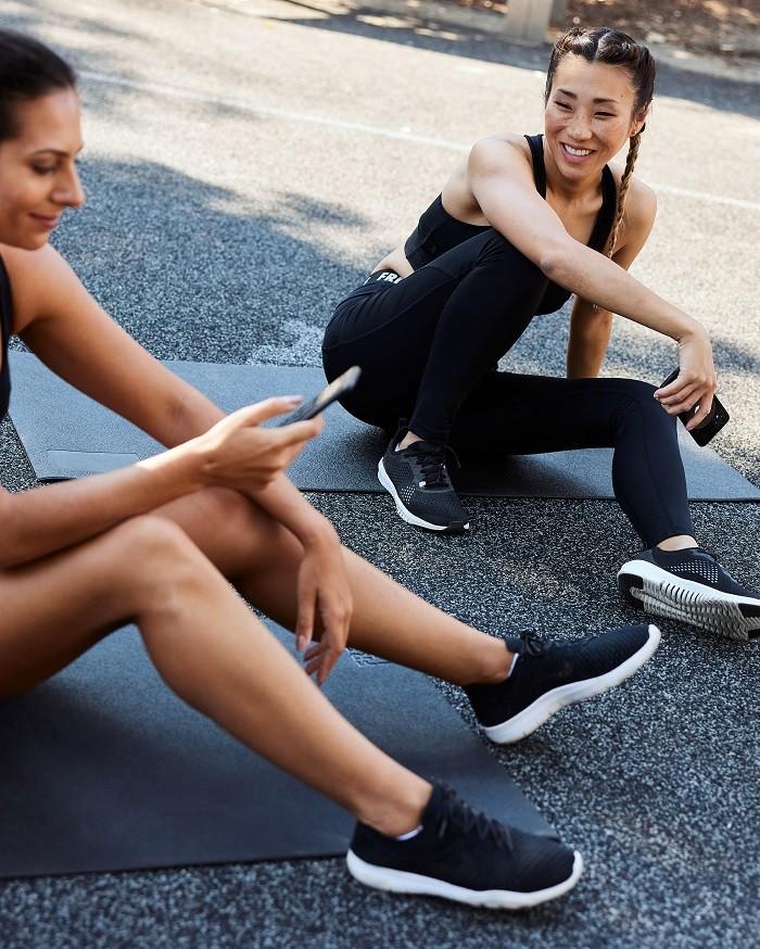 dos chicas haciendo ejercicio en una esterilla