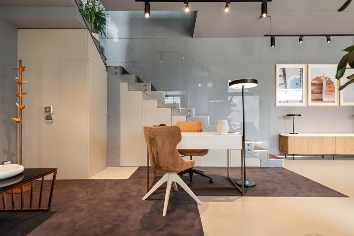 oficinas de Porto con mesa blanca y sillas de terciopelo